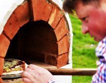 Šeimininkas kepa picą pečiuje