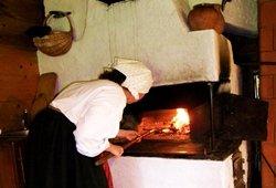 Dzūkiškos bobos kepimas pečiuje