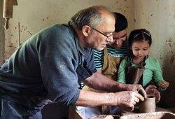 Pramogos kaimo turizmo sodyboje žiemą.Juodoji keramika