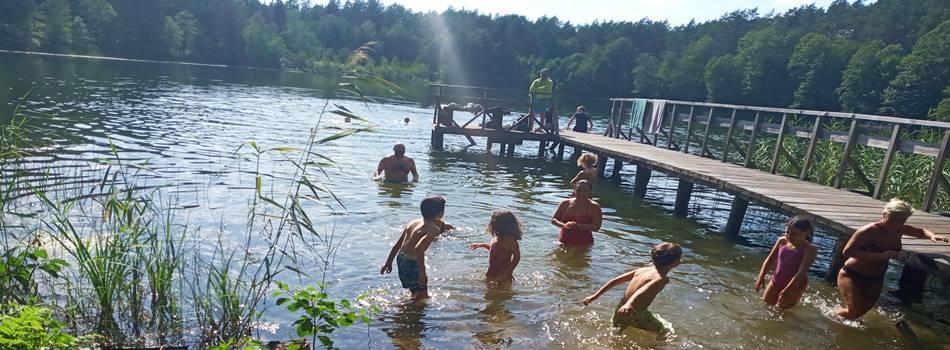 """Развлечения для детей в Друскининкай - купание в озере у виллы сельского отдыха """"Dzūkijos uoga"""""""