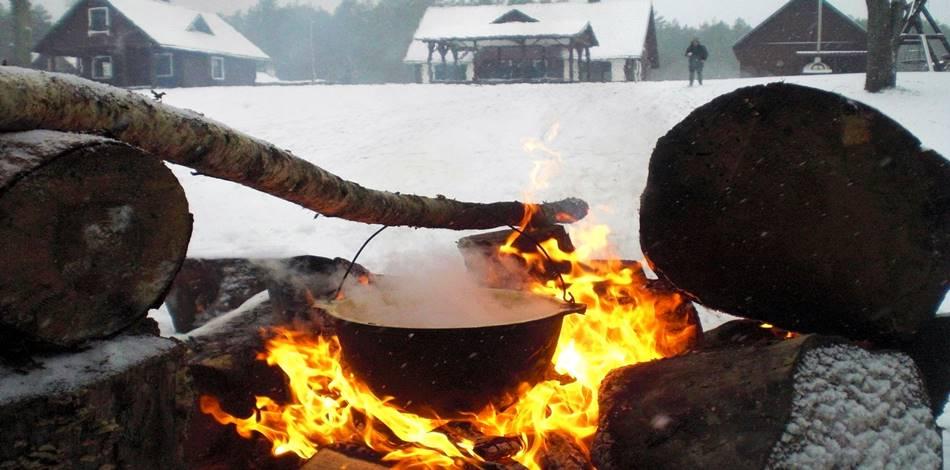 """Аттракции в Литве зимой - приготовление национальных блюд на костре - """"Dzūkijos uoga"""""""