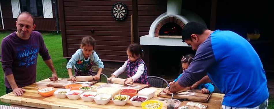 """Отдых с детьми в Литве - приготовление блюд во дворе усадьбы """"Dzukijos uoga"""