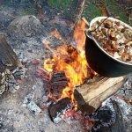 """מרק פטריות מבושל על האש בחצר הוילה """"Dzukijos uoga"""""""
